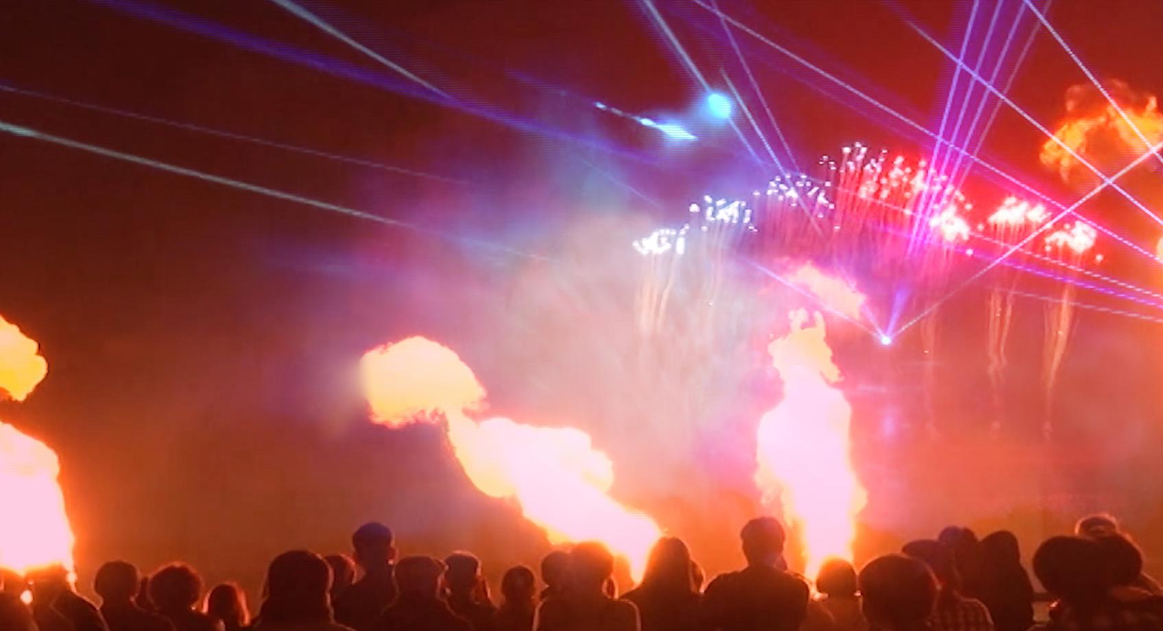 画像:紙吹雪の舞うコンサート会場